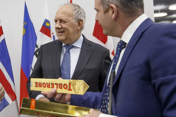 epa05640874 Glenn Campbell, (R), a BBC journalis, speaks to Swiss President Johann Schneider-Ammann, (L), about the Swiss chocolate Toblerone, during an EFTA Ministerial meeting at the headquarters of the European Free Trade Association, EFTA, in Geneva, Switzerland, 21 November 2016.  EPA/SALVATORE DI NOLFI