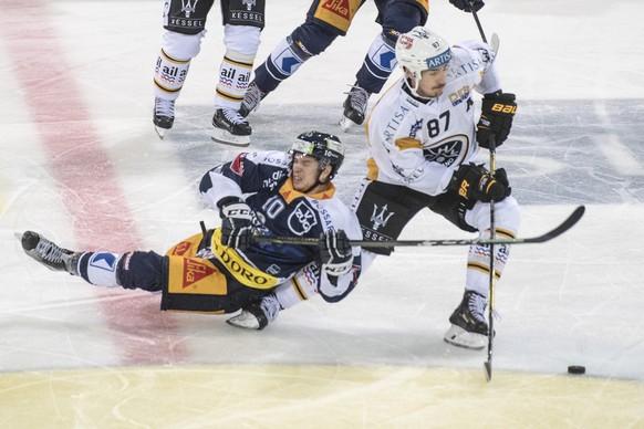 Dominic Lammer, links, von Zug in Spiel gegen Dario Buergler, rechts, von Lugano beim Eishockey Meisterschaftsspiel in der Qualifikation der National League zwischen dem EV Zug und dem HC Lugano vom Samstag, 9. September 2017 in Zug. (KEYSTONE/Urs Flueeler)