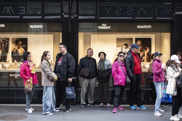 """Touristen der 4'000 Personen grossen chinesischen Reisegruppe der Kosmetikfirma """"Jeunesse Global"""" ziehen durch die Stadt Luzern und deren Uhrengeschaefte, am Montag, 13. Mai 2019. (KEYSTONE/Urs Flueeler)"""