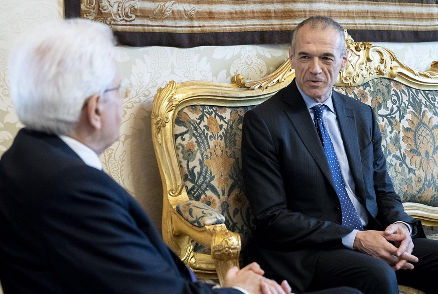 epa06768345 A handout photo made available by the Quirinal Palace press office shows former Italian spending review commissioner Carlo Cottarelli (R) meeting with Italian President Sergio Mattarella (L) at the Quirinal Palace in Rome, Italy, 28 May 2018.  EPA/QUIRINAL PRESS OFFICE/PAOLO GIANDOTTI HANDOUT  HANDOUT EDITORIAL USE ONLY/NO SALES/NO ARCHIVES