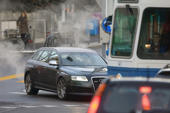 Automotive emissions in Zurich city, Switzerland, pictured on January 23, 2013. (KEYSTONE/Gaetan Bally)  Auto-Abgas in der Stadt Zuerich, aufgenommen am 23. Januar 2013.  (KEYSTONE/Gaetan Bally)