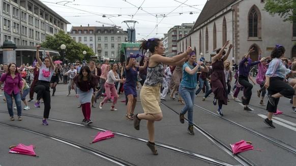 Mit einem Flashmob wird der Verkehr kurzfristig lahmgelegt im Rahmen des Frauenstreiks auf dem Claraplatz in Basel am Freitag, 14 Juni 2019. (KEYSTONE/Georgios Kefalas)