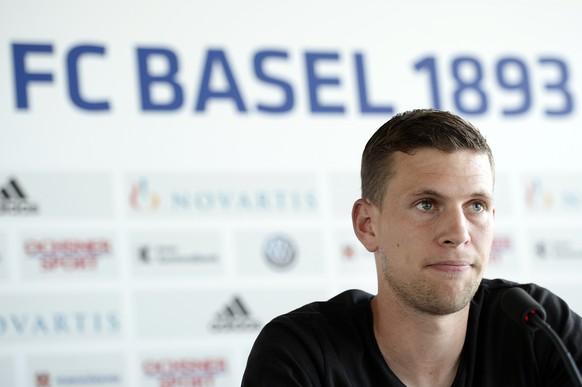 Fabian Frei spricht an einer Medeinkonferenz des FCB  in Basel, am Freitag, 5. Juni 2015. (KEYSTONE/Walter Bieri)