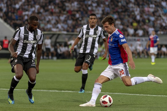 PAOK's Fernando Varela, left, and Basel's Valentin Stocker, right, in action during the UEFA Champions League second qualifying round first leg match between Greece's PAOK FC and Switzerland's FC Basel 1893 in the Toumba stadium in Thessaloniki, Greece, on Tuesday, July 24, 2018. (KEYSTONE/Georgios Kefalas)
