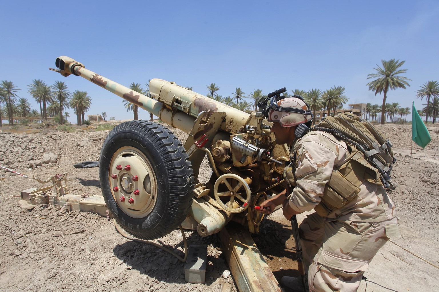 Iraqi security forces fire artillery during clashes with Sunni militant group Islamic State of Iraq and the Levant (ISIL) in Jurf al-Sakhar June 14, 2014. Picture taken June 14, 2014. REUTERS/Alaa Al-Marjani (IRAQ - Tags: CIVIL UNREST POLITICS)