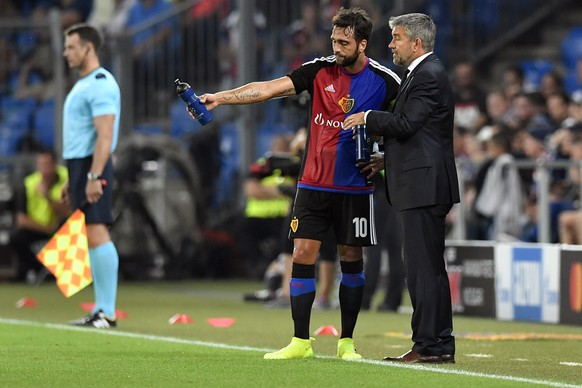 Basel's head coach Urs Fischer, right, speak with Matias Delgado during an UEFA Champions League Group stage Group A matchday 1 soccer match between Switzerland's FC Basel 1893 and Bulgaria's PFC Ludogorets Razgrad in the St. Jakob-Park stadium in Basel, Switzerland, on Tuesday, September 13, 2016. (KEYSTONE/Peter Schneider)