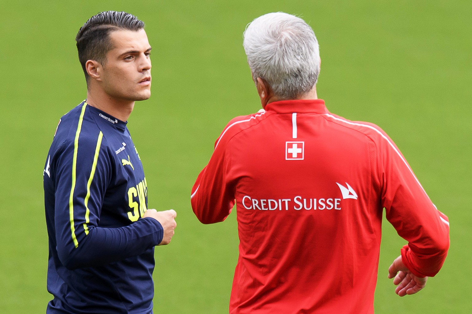epa06780889 Swiss national soccer team head coach Vladimir Petkovic (R) gives instructions to Granit Xhaka (L) during their team's training session at La Ceramica stadium in Villarreal, Spain, 02 June 2018. The Swiss team will face Spain in their International Friendly soccer match in Villarreal on 03 June 2018.  EPA/LAURENT GILLIERON
