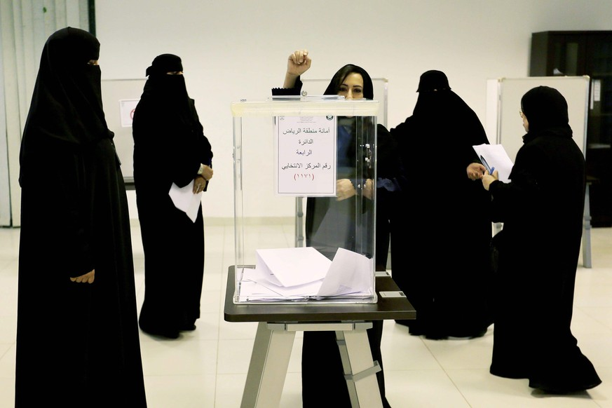 epa05066445 Saudi women cast their votes at a polling station in the Kigdom's municipal elections, in Riyadh, Saudi Arabia, 12 December 2015. For the first time Saudi women have been allowed to run and vote in the the country's municipal elections, regarded as a small but significant opening of the ultra conservative society to women. Though female candidates were not allowed to campaign and had to be accompanied by a male guardian in order to be able to vote in the country where they are still not allowed by law to drive. The voting age was also lowered prior to the election from 21 to 18.  EPA/AHMED YOSRI