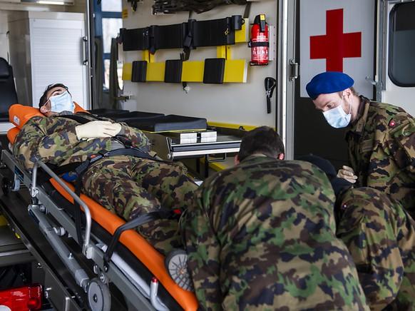 Der Einsatz für Armeeangehörige in der Corona-Krise - im Bild beim Üben für einen Patiententransport - ist vom Parlament nachträglich bewilligt worden.