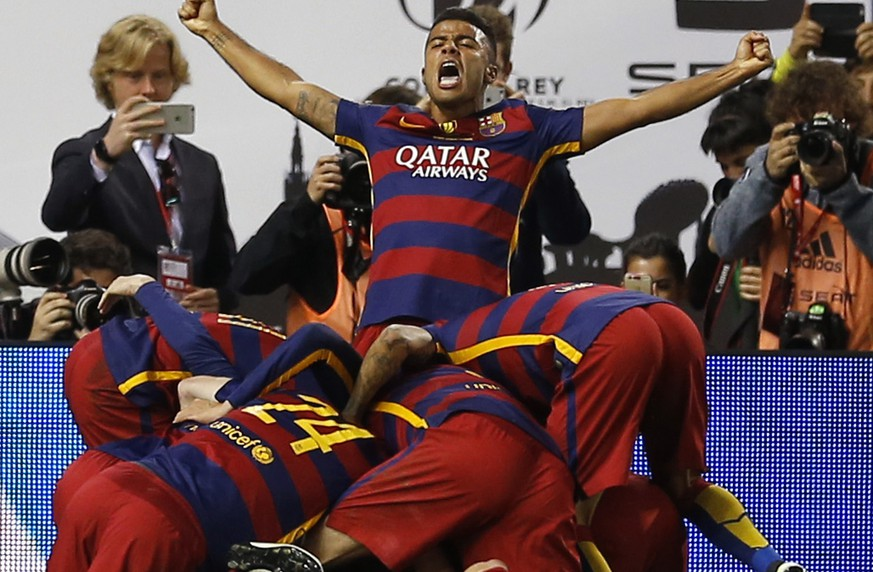 Barcelona's Jordi Alba celebrates with team mates after scoring the opening goal during the final of the Copa del Rey soccer match between FC Barcelona and Sevilla FC at the Vicente Calderon stadium in Madrid, Sunday, May 22, 2016. (AP Photo/Francisco Seco)