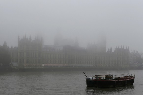 A boat is moored in front of the Big Ben clocktower and the Houses of Parliament during a foggy day in central London, November 2, 2015. Airports across Britain suffered disruption on Monday as heavy fog led to delays and cancellations for a second day. Flights to and from London airports were being affected, while foggy conditions in the capital and across Europe were causing problems to airports around the country.REUTERS/Stefan Wermuth
