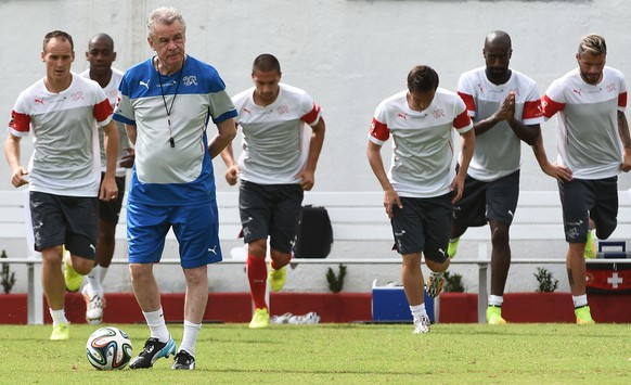 Switzerland's German coach Ottmar Hitzfeld oversees a training session on June 13, 2014 at the Municipal Stadium in Porto Seguro, during the 2014 FIFA World Cup in Brazil. AFP PHOTO / ANNE-CHRISTINE POUJOULAT