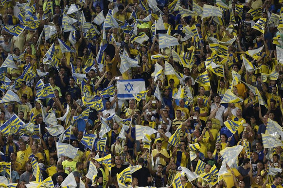 epa04898021 Maccabi Tel Aviv supporters cheer on their team during the UEFA Champions League play-off round second leg soccer match between Maccabi Tel Aviv FC and FC Basel 1893 at the Bloomfield stadium in Tel Aviv, Israel, 25 August 2015.  EPA/ABIR SULTAN