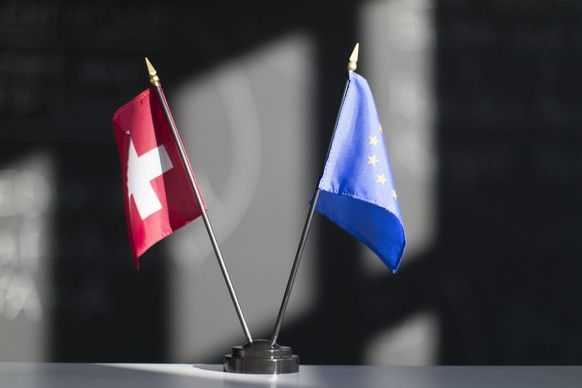 ZUM THEMA SELBSTBESTIMMUNGSINITIATIVE AN DER FRUEHLINGSSESSION 2018 AM DIENSTAG 13. MAERZ 2018 STELLEN WIR IHNEN FOLGENDES BILDMATERIAL ZUR VERFUEGUNG - A Swiss and a European Union table flag, captured in an office space in Zurich, Switzerland on February 12, 2015. (KEYSTONE/Gaetan Bally)Eine Schweizer und eine EU Tischfahne aufgenommen am 12. Februar 2015 in einem Buero in Zurich. (KEYSTONE/Gaetan Bally)