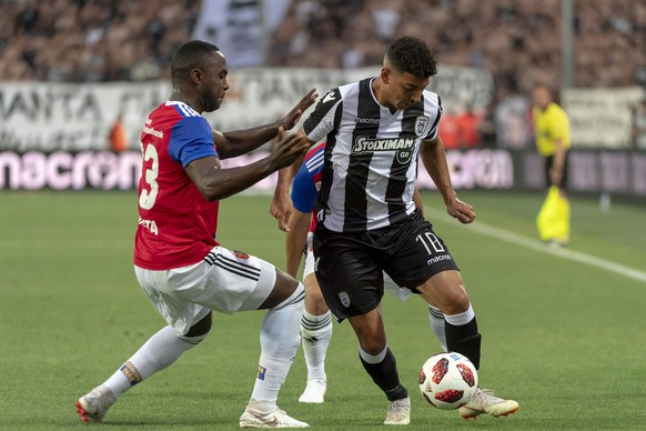 Basel's Eder Balanta, left, fights for the ball against PAOK's Dimitris Limnios, right, during the UEFA Champions League second qualifying round first leg match between Greece's PAOK FC and Switzerland's FC Basel 1893 in the Toumba stadium in Thessaloniki, Greece, on Tuesday, July 24, 2018. (KEYSTONE/Georgios Kefalas)