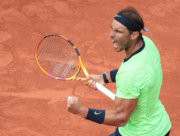 epa09249675 Rafael Nadal of Spain in action against Cameron Norrie of Britain during their third round match at the French Open tennis tournament at Roland Garros in Paris, France, 05 June 2021.  EPA/CHRISTOPHE PETIT TESSON