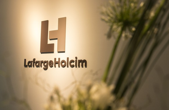 ARCHIVBILD ZUM GEWINN VON LAFARGEHOLCIM IM ERSTEN QUARTAL 2017, AM MITTWOCH, 3. MAI 2017 - The new logo of LafargeHolcim at the welcome desk of the head quarters in Zurich, Switzerland, on Wednesday, 15 July 2015. LafargeHolcim today officially launched the new Group around the world and announced key elements of its ambitions for the future. (KEYSTONE/Patrick B. Kraemer)