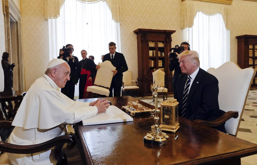 epa05985442 Pope Francis (L) meets with US President Donald J. Trump (R) on the occasion of their private audience in Vatican City, 24 May 2017. Trump is in Italy on a two day visit, including a meeting with Pope Francis at the Vatican, ahead of his participation in a NATO summit in Brussels on 25 May.  EPA/ALESSANDRA TARANTINO / POOL