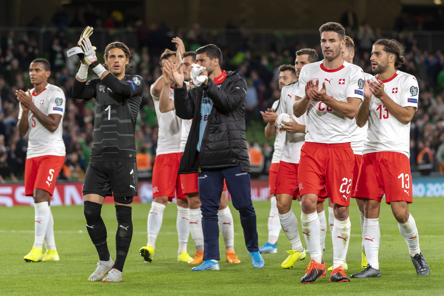 epa07820991 Switzerland's players thank their fans after the UEFA Euro 2020 qualifying Group D soccer match between Ireland and Switzerland at the Aviva stadium in Dublin, Ireland, 05 September 2019.  EPA/GEORGIOS KEFALAS