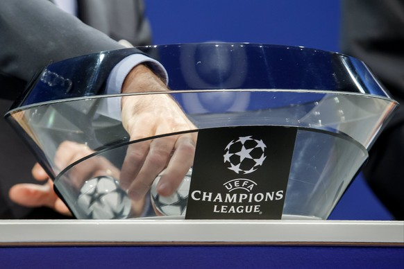 epa06124137 A hand catches a ball containing the name of the soccer club, during the drawing of the games for the Champions League 2017/18 Play-offs, at the UEFA headquarters in Nyon, Switzerland, 04 August 2017.  EPA/SALVATORE DI NOLFI
