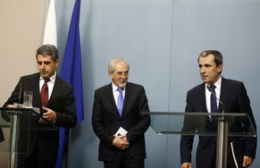 Bulgarian President Rosen Plevneliev (L) arrives to deliver a statement next to Bulgarian Prime Minister Plamen Oresharski (R) and Luytvi Mestan, leader of the ethnic Turkish MRF party, in the Presidency in Sofia June 17, 2014. Bulgarian political parties have agreed to hold an early election sometime between Sept 28 and Oct 12, Plevneliev said in a statement on Tuesday.  REUTERS/Stoyan Nenov (BULGARIA - Tags: POLITICS ELECTIONS)