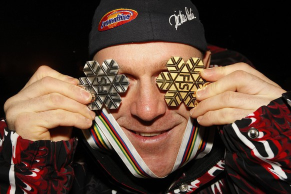 idier Cuche from Switzerland, poses with his medals, during a Swiss-Ski ceremony at the World Alpine Ski Championships in Val d'Isere, France, Thursday, February 12, 2009. (KEYSTONE/Jean-Christophe Bott)