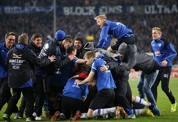 epa04696141 Players of Bielefeld celebrate after winning the German DFB Cup quarter final soccer match between Arminia Bielefeld and Borussia Moenchengladbach in Bielefeld, Germany, 08 April 2015. Third division team Arminia Bielefeld won against Borussia Moenchengladbach 5-4 on penalties.