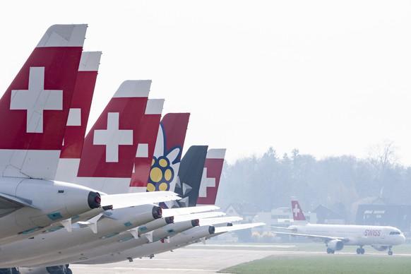 Parkierte Maschinen der Swiss auf dem Flughafen in Duebendorf, am Freitag, 20. Maerz 2020 aufgenommen von Duebendorf. Aufgrund des stark reduzierten Flugangebots der Fluggesellschaft Swiss werden Flugzeuge der Airbus A320er-Familie temporaer an den Flughafen Duebendorf verlegt. (KEYSTONE/Ennio Leanza)