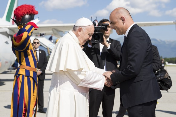 Pope Francis is welcomed by Swiss president Alain Berset, after his arrival in Geneva, Switzerland, Thursday, June 21, 2018. Pope Francis visit the World Council of Churches on 21 June as centrepiece of the ecumenical commemoration of the WCC's 70th anniversary. (KEYSTONE/Peter Klaunzer)