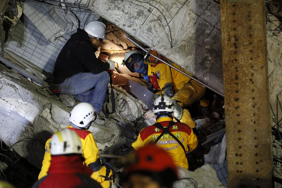 epa05148233 Rescuers continue their search for survivors from a collapsed building following the early 06 February 6.4 magnitude earthquake, in Tainan City, southern Taiwan, on the eve of the Chinese Lunar New Year, 07 February 2016. More than 100 people were missing a day after a 6.4-magnitude earthquake killed at least 34 in southern Taiwan, authorities said. Nearly 100 victims were still being treated in hospitals and 121 people, including 29 children, remained missing, the emergency centre said.  EPA/RITCHIE B. TONGO