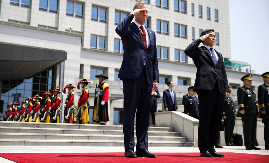 epa07621341 Acting US Defense Secretary Patrick Shanahan (L) and South Korean Defence Minister Jeong Kyeong-doo (R) salute to the national flags during a welcoming ceremony at the Defense Ministry in Seoul, South Korea, 03 June 2019.  EPA/KIM HONG-JI / POOL