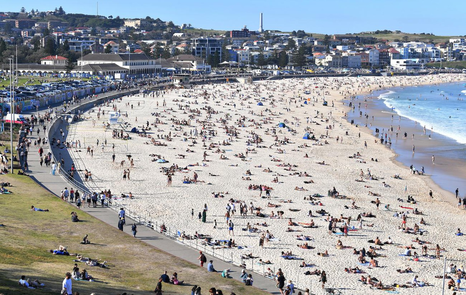 epa08634974 People crowd Bondi Beach as warm weather returns to the east coast of Australia in Sydney, Australia, 30 August 2020. Australia has reached another two pandemic milestones, recording its 600th death and over six million virus tests. EPA/DEAN LEWINS AUSTRALIA AND NEW ZEALAND OUT