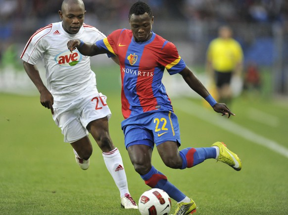 Debrecen's Mbengono Andoa Yannick, left, fights for the ball with Basel's Samuel Inkoom, right, during the Champions League third qualification round second leg match between Switzerland's FC Basel and Hungary's VSC Debrecen on Wednesday, August 4, 2010. (KEYSTONE/Georgios Kefalas)