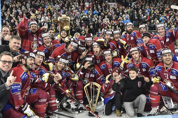 Geneva's player and staff celebrate their victory after the final game between Switzerland's Geneve Servette HC and Russia's HC Salavat Yulaev Ufa at the 88th Spengler Cup ice hockey tournament in Davos, Switzerland, Wednesday, December 31, 2014. (KEYSTONE/Peter Schneider)