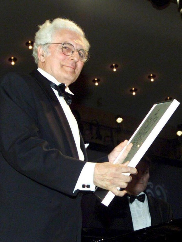 Picture dated 14 April 2001 shows American Robert Moog, the father of the syntheziser, receiving the Polar Music Prize in Stockholm. Robert A. Moog, whose synthesizers broughtrevolutionary electronic keyboard sounds to everything from classicalmusic to rock, has died, the company he founded said Monday, 22 August 2005. He was 71. EPA/-