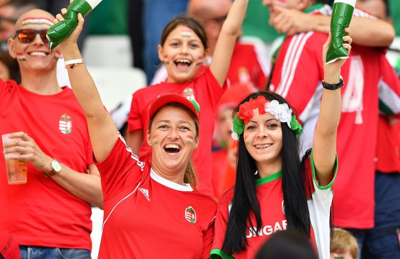 epa05375265 Hungarian fans cheer before the UEFA EURO 2016 group F preliminary round match between Iceland and Hungary at Stade Velodrome in Marseille, France, 18 June 2016.  (RESTRICTIONS APPLY: For editorial news reporting purposes only. Not used for commercial or marketing purposes without prior written approval of UEFA. Images must appear as still images and must not emulate match action video footage. Photographs published in online publications (whether via the Internet or otherwise) shall have an interval of at least 20 seconds between the posting.)  EPA/PETER POWELL   EDITORIAL USE ONLY
