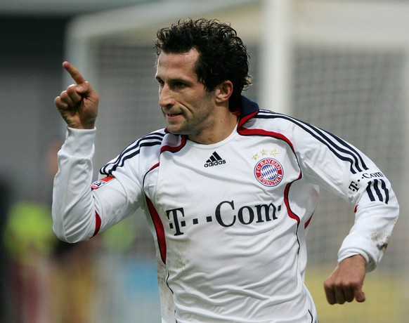 Munich's Hasan Salihamidzic celebrates his 1-0 goal during a match of German first soccer divsion between Mainz 05 and Bayern Munich in the Bruchweg stadium in Mainz, central Germany, Saturday, Dec. 16, 2006. (AP Photo/Michael Probst)** NO MOBILE USE UNTIL 2 HOURS AFTER THE MATCH, WEBSITE USERS ARE OBLIGED TO COMPLY WITH DFL-RESTRICTIONS, SEE INSTRUCTIONS FOR DETAILS **