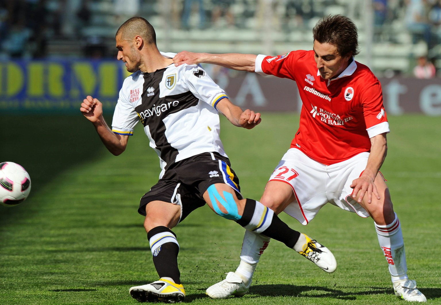 epa02667702 AS Bari midfielder Simone Bentivoglio (R) vies for the ball with FC Parma midfielder Antonio Candreva (L) during their Italian Serie A soccer match at Ennio Tardini stadium in Parma, Italy, 03 April 2011. Bari won 2-1.  EPA/PIER PAOLO FERRERI