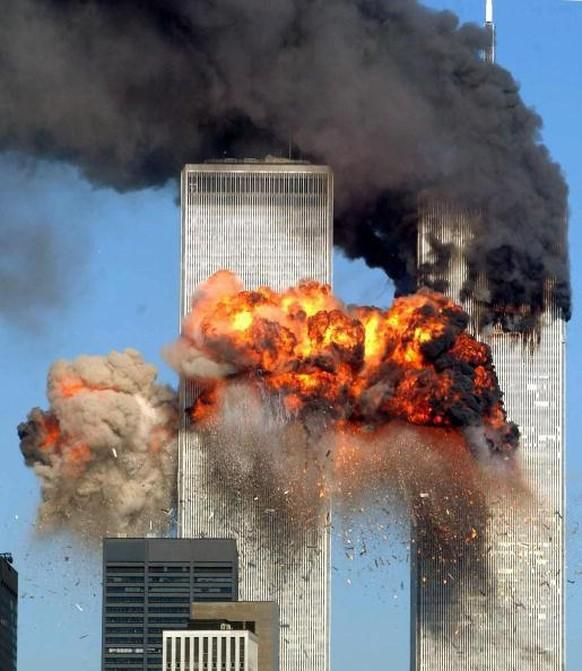 Am 11. September 2001 werden die beiden Flugzeuge American Airlines (AA) Flüge 11 und United Airlines (UA) Flug 175 von Al-Kaida-Terroristen entführt und in die Twin Towers des World Trade Centers (WTC) in New York geflogen.  Um 8:46 Uhr (Ortszeit) fliegt Flug AA 11 in den Nordturm, um 9:03 Uhr (Ortszeit) explodiert Flug UA 175 im Südturm. In und ums WTC starben 2763 Menschen aus 92 Ländern. Mehr als 3200 Kinder verloren einen oder beide Elternteile. (Photo by Spencer Platt/Getty Images)