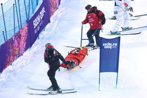 epa04057716 CAPTION ADDITION, adding identity of injured skier. US skier Heidi Kloser is carried off the course by medical personnel after crashing during warm-ups before the Freestyle Skiing Ladies Moguls Qualification 1 at Rosa Khutor Extreme Park at the Sochi 2014 Olympic Games, Krasnaya Polyana, Russia, 06 February 2014.  EPA/JENS BUETTNER