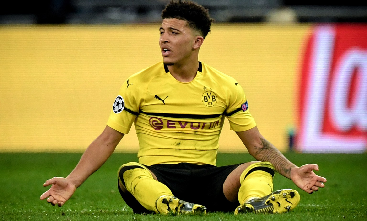 epa07367971 Dortmund's Jadon Sancho reacts during the UEFA Champions League round of 16 soccer match between Tottenham Hotspur and Borussia Dortmund at Wembley Stadium, Britain, 13 February 2019.  EPA/FACUNDO ARRIZABALAGA