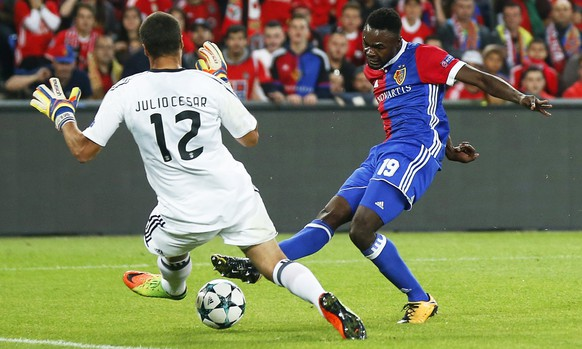 epa06231054 Basel's Dimitri Oberlin (R) scores the 2-0 lead against Benfica's goalkeeper Julio Cesar (L) during the UEFA Champions League group A soccer match between FC Basel 1893 and Benfica Lisbon in the St. Jakob-Park stadium in Basel, Switzerland, 27 September 2017.  EPA/PETER KLAUNZER