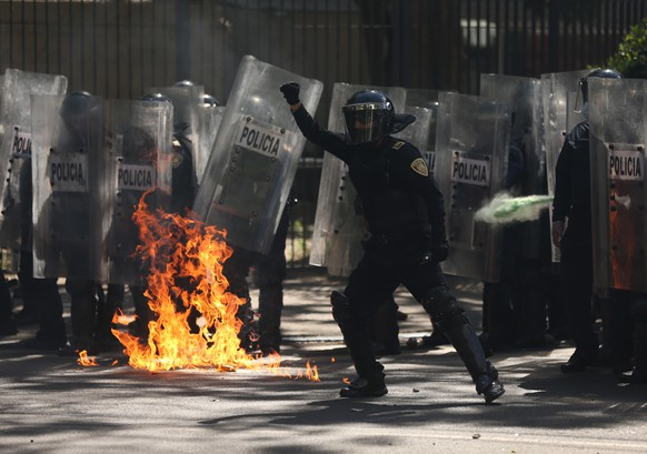 epa08467880 Police clash with demonstrators during a protest at the surroundings of the United States Embassy in Mexico City, Mexico, 05 June 2020. Dozens of protesters vandalized the US Embassy and the surroundings in the Mexican capital on Friday in protest over the death of 46 year old George Floyd in the US while in police custody. A bystander's video posted online on 25 May appeared to show George Floyd, 46, pleading with arresting officers that he couldn't breathe as an officer knelt on his neck, in Minnesota, USA. The unarmed black man later died in police custody.  EPA/Sáshenka Gutiérrez