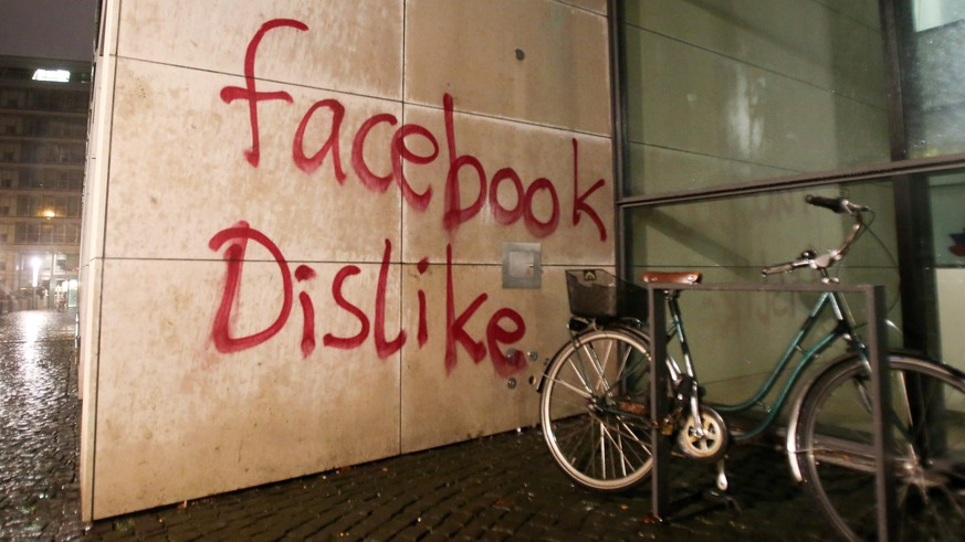 epa05067200 Unknown assailants deface the facade of a building housing the offices of Facebook Germany in Hamburg City, Hamburg, Germany, late 12 December 2015. The perpetrators had thrown paint bombs, broke windows and sprayed-painted the word 'Facebook Dislike' on a wall of the building.  EPA/BODO MARKS