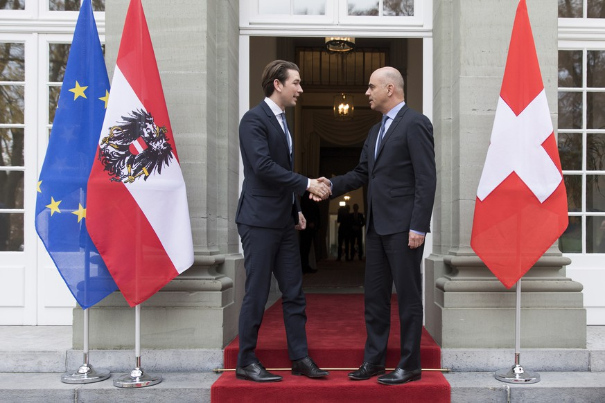 epa07178952 Swiss Federal President Alain Berset, (R), and Austrian Chancellor Sebastian Kurz (L) shake hands during an official visit in Kehrsatz near Bern, Switzerland, 20 November 2018.  EPA/PETER KLAUNZER