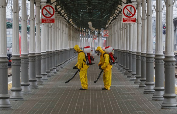 epaselect epa09261739 Russian Emergency Situations Ministry workers sanitise Belorussky railway station as part of the campaign to prevent the spread of the SARS-CoV-2 coronavirus which causes the COVID-19 disease in Moscow, Russia, 11 June 2020. For the first time since February, more than 12 thousand cases of COVID-19 have been identified in Russia.  EPA/SERGEI ILNITSKY