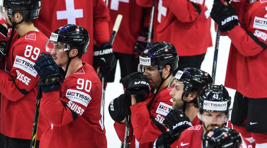 epa04742386 Switzerland's team show their dejection after losing in the Ice Hockey World Championship 2015 group A match between the Switzerland and Canada at O2 Arena in Prague, Czech Republic, 10 May 2015.  EPA/FILIP SINGER