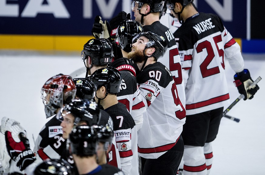 epa06745239 Players of Canada celebrate winning the IIHF World Championship quarter final ice hockey match between Russia and Canada at Royal Arena in Copenhagen, Denmark, 17 May 2018.  EPA/LISELOTTE SABROE DENMARK OUT