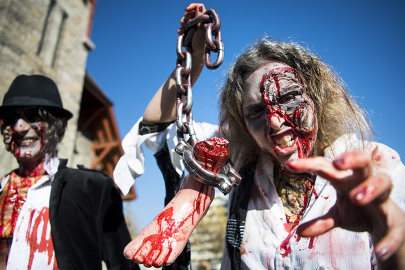 Des personnes deguisees marchent dans la ville lors d'une Zombie Walk a l'occasion de la fete Halloween ce samedi 29 octobre 2016 a Monthey. (KEYSTONE/Jean-Christophe Bott)People participate in a Zombie Walk on the occasion of Halloween, Saturday, 29 October 2016, in Monthey, Switzerland. (KEYSTONE/Jean-Christophe Bott)