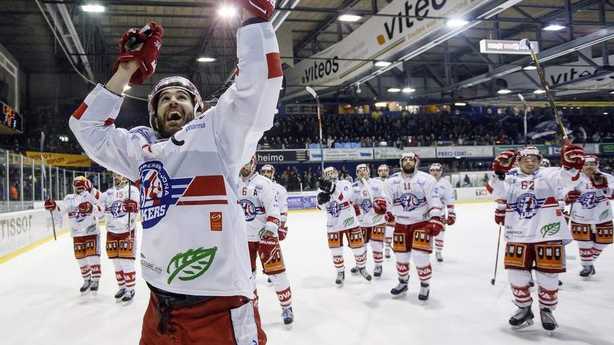 Lakers' forward Antonio Rizzello (front) and his teammates celebrate their victory after beating La Chaux-de-Fonds, during the fifth leg of the Playoffs semifinal game of National League B (NLB) Swiss Championship between La Chaux-de-Fonds HC and SC Rapperswil Jona Lakers, at the ice stadium Les Melezes, in La Chaux-de-Fonds, Switzerland, Tuesday, March 14, 2017. (KEYSTONE/Salvatore Di Nolfi)